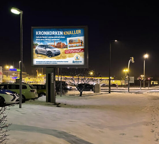 Plakat mit Auto auf Aquarell-Hintergrund mit Brauereigebäude